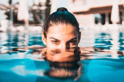 Protezione solare capelli piscina